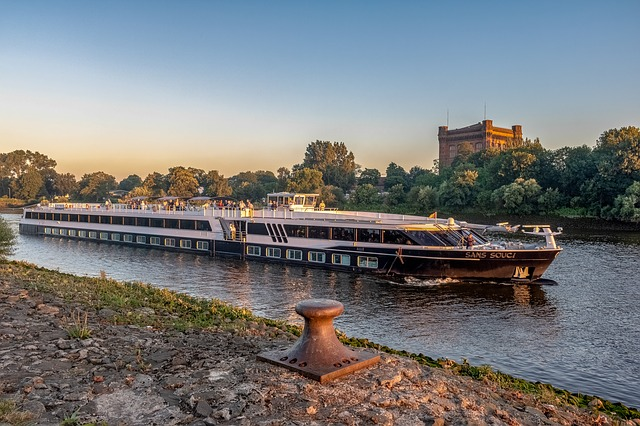 Starting to sail - River Boat Cruise Operators