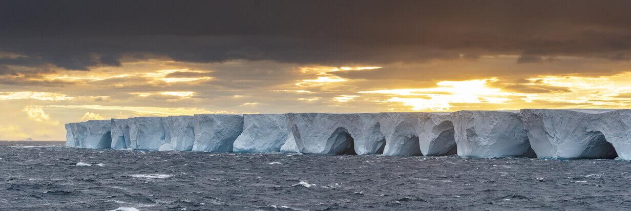 Close view of icebergs from the  Ponant icebreaker C©studioponant-laurence_fischer